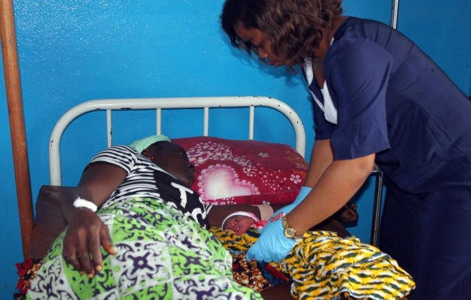 A midwife attends to a newborn and mother, @UNFPA Liberia